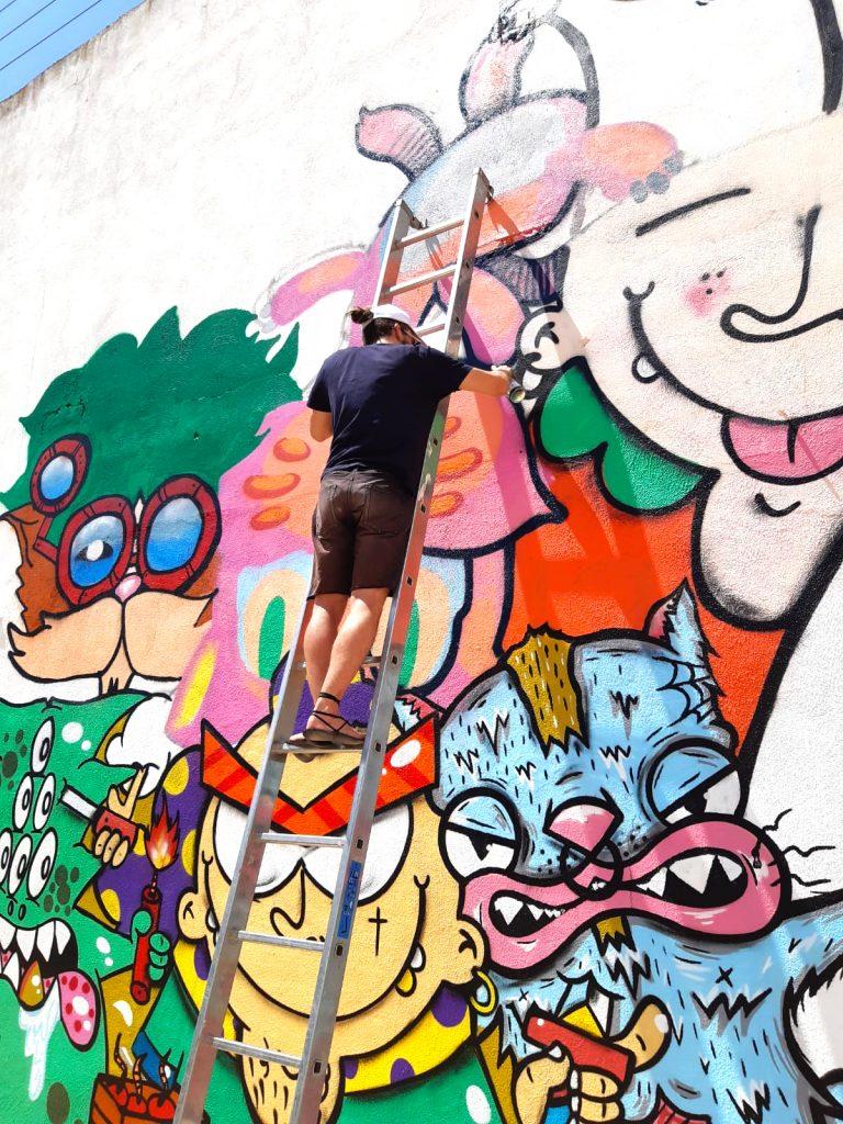 Proceso de la pintura mural para el evento Sisante Urbano con Sanchez del Castillo pintando en una escalera